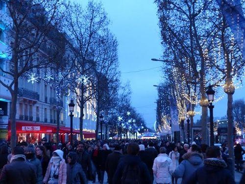 Cây thông khổng lồ, đèn kỷ lục Guinness rực rỡ Giáng sinh - Ảnh 11