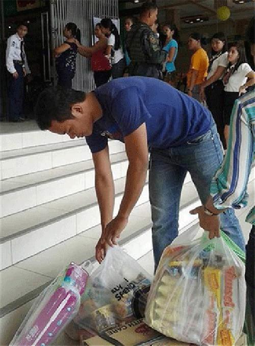 Siêu bão Hagupit: Dân Philippines đổ xô đi mua hàng tích trữ - Ảnh 2