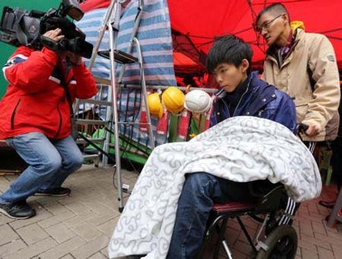 Thủ lĩnh biểu tình Joshua Wong chấm dứt 4 ngày tuyệt thực - Ảnh 1