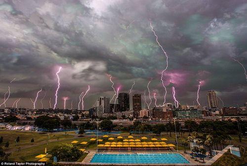 Hình ảnh đáng sợ về những tia sét trong cơn bão ở Sydney - Ảnh 1