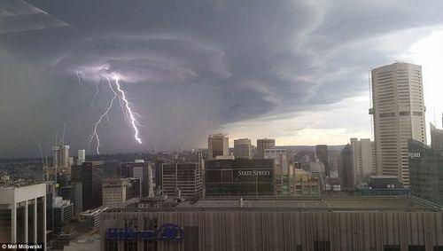 Hình ảnh đáng sợ về những tia sét trong cơn bão ở Sydney - Ảnh 3