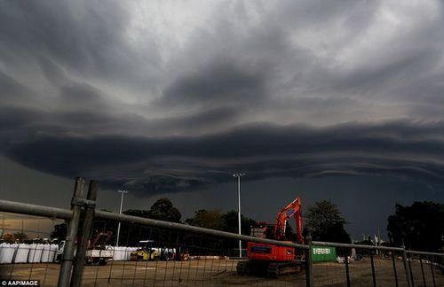 Hình ảnh đáng sợ về những tia sét trong cơn bão ở Sydney - Ảnh 4