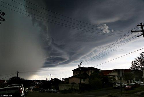 Hình ảnh đáng sợ về những tia sét trong cơn bão ở Sydney - Ảnh 5