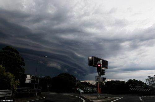 Hình ảnh đáng sợ về những tia sét trong cơn bão ở Sydney - Ảnh 10