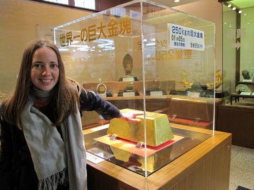 Cận cảnh thỏi vàng lớn nhất thế giới ở Nhật Bản - Ảnh 3