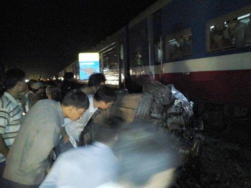 Tàu hỏa hất ôtô văng gần 40m, tài xế thiệt mạng - Ảnh 1