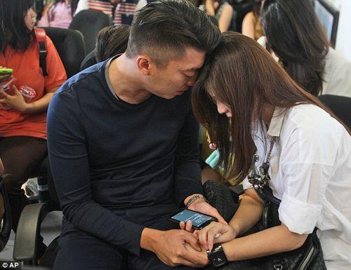 Vụ máy bay AirAsia mất tích: Thân nhân của hành khách khóc ròng chờ tin - Ảnh 10