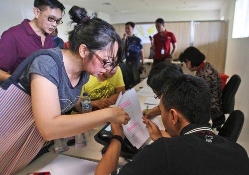 Vụ máy bay AirAsia mất tích: Thân nhân của hành khách khóc ròng chờ tin - Ảnh 8