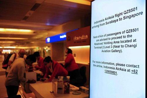 Vụ máy bay AirAsia mất tích: Thân nhân của hành khách khóc ròng chờ tin - Ảnh 9
