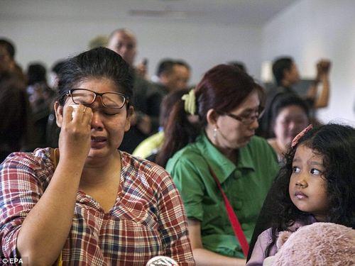 Vụ máy bay AirAsia mất tích: Thân nhân của hành khách khóc ròng chờ tin - Ảnh 1