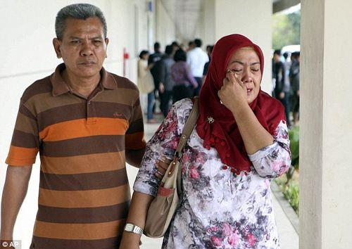Vụ máy bay AirAsia mất tích: Thân nhân của hành khách khóc ròng chờ tin - Ảnh 2