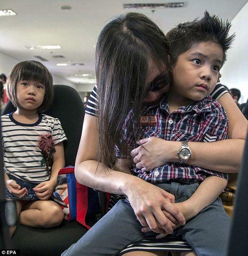 Vụ máy bay AirAsia mất tích: Thân nhân của hành khách khóc ròng chờ tin - Ảnh 11