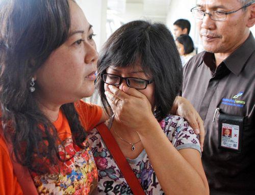 Vụ máy bay AirAsia mất tích: Thân nhân của hành khách khóc ròng chờ tin - Ảnh 4