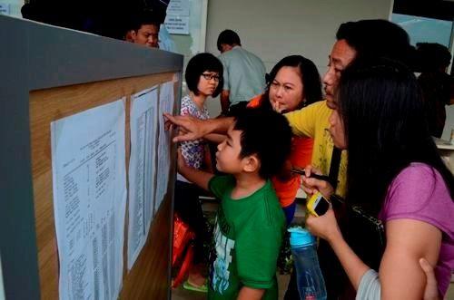 Vụ máy bay AirAsia mất tích: Thân nhân của hành khách khóc ròng chờ tin - Ảnh 6