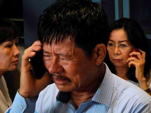 Vụ máy bay AirAsia mất tích: Thân nhân của hành khách khóc ròng chờ tin - Ảnh 3