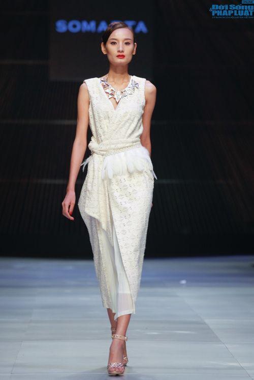 Cô gái bị chê vô lễ của Next Top Model làm vedette show NTK Nhật - Ảnh 12
