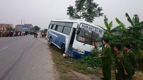 Xe khách tông trực diện, 2 mẹ con tử vong - Ảnh 1