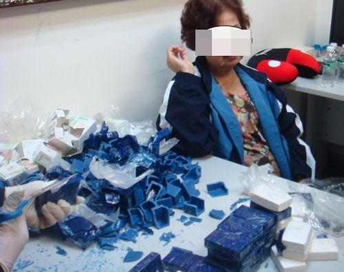 Phát hiện cụ bà xách ma túy giá 10 tỷ ở sân bay Tân Sơn Nhất - Ảnh 1