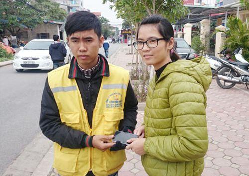 Nhặt được điện thoại iPhone 5, lái xe ôm trả lại cho người mất - Ảnh 1