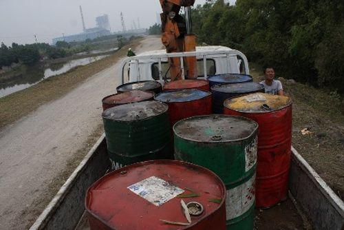 Bắt nhóm đối tượng đổ 11 thùng dầu phế thải ra sông Đáy - Ảnh 2
