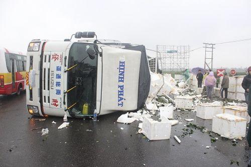 Chiếc xe tải chở hàng chục thùng cam lật nhào trên QL1A  - Ảnh 1