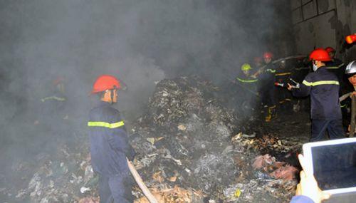 Hà Nội: Khu công nghiệp bốc cháy trong đêm - Ảnh 2