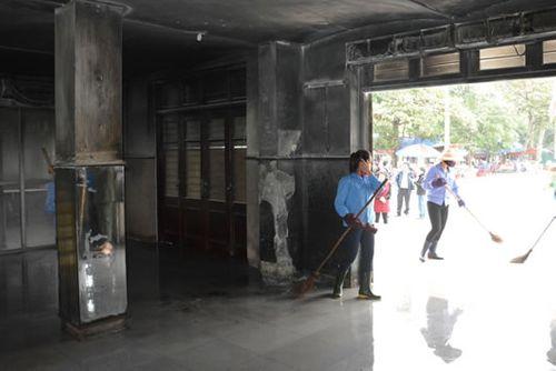 Người đàn ông ném xăng, đốt phòng bán vé ga Vinh - Ảnh 2