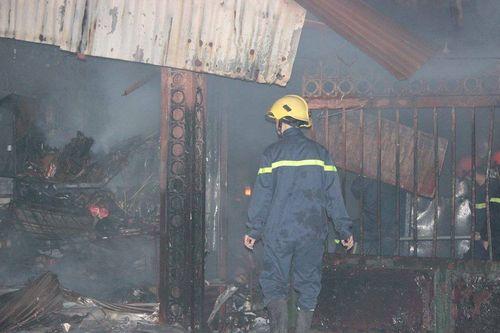 Hà Nội: Cháy lớn tại chợ Cầu Diễn trong đêm khuya - Ảnh 2