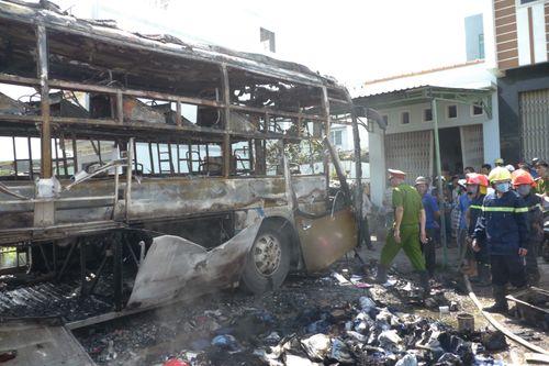 Xe khách giường nằm bốc cháy dữ dội trên Quốc lộ 1A - Ảnh 2