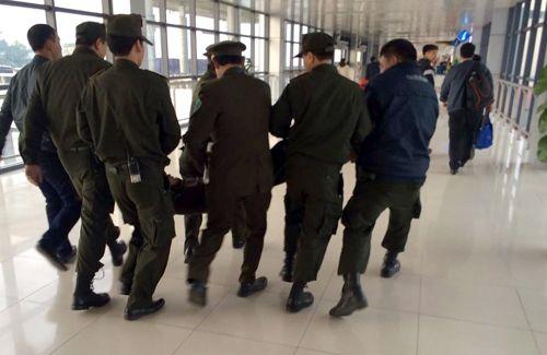 """Nam thanh niên """"ngáo đá"""" gây náo loạn sân bay Nội Bài - Ảnh 2"""