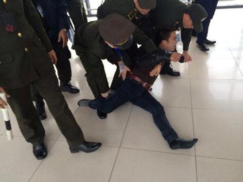 """Nam thanh niên """"ngáo đá"""" gây náo loạn sân bay Nội Bài - Ảnh 1"""