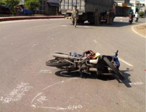 Va chạm với xe tải, phóng viên bị thương nặng - Ảnh 1