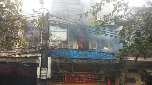 Cứu kịp thời 3 nạn nhân vụ cháy cửa hàng hương trong phố cổ Hà Nội - Ảnh 1