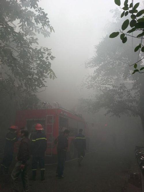 Cứu kịp thời 3 nạn nhân vụ cháy cửa hàng hương trong phố cổ Hà Nội - Ảnh 2