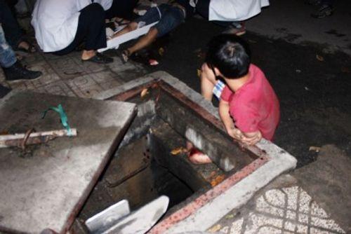 Giải cứu thanh niên bị kẹt chân dưới cống hi hữu ở TP.HCM - Ảnh 1