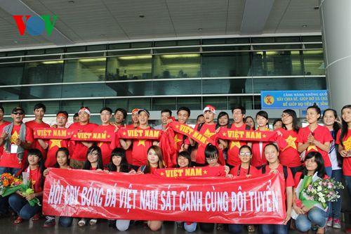 ĐT Việt Nam được đón chào nồng nhiệt tại sân bay Tân Sơn Nhất - Ảnh 1