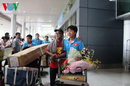 ĐT Việt Nam được đón chào nồng nhiệt tại sân bay Tân Sơn Nhất - Ảnh 2