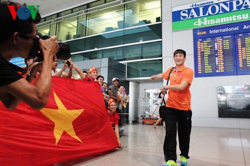 ĐT Việt Nam được đón chào nồng nhiệt tại sân bay Tân Sơn Nhất - Ảnh 10