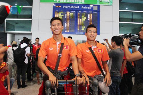 ĐT Việt Nam được đón chào nồng nhiệt tại sân bay Tân Sơn Nhất - Ảnh 9