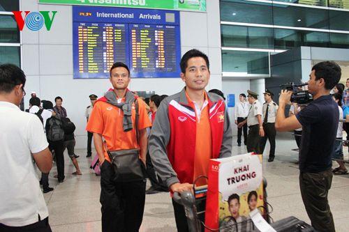 ĐT Việt Nam được đón chào nồng nhiệt tại sân bay Tân Sơn Nhất - Ảnh 8