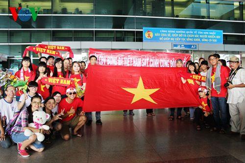 ĐT Việt Nam được đón chào nồng nhiệt tại sân bay Tân Sơn Nhất - Ảnh 6