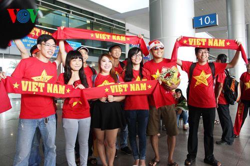 ĐT Việt Nam được đón chào nồng nhiệt tại sân bay Tân Sơn Nhất - Ảnh 5
