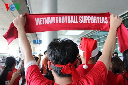 ĐT Việt Nam được đón chào nồng nhiệt tại sân bay Tân Sơn Nhất - Ảnh 4
