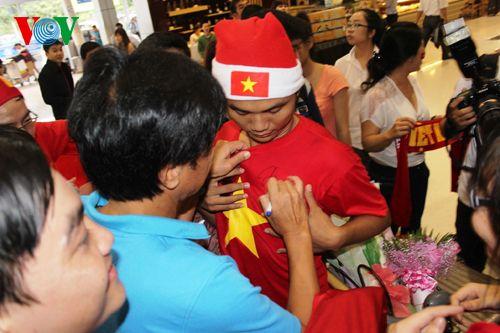 ĐT Việt Nam được đón chào nồng nhiệt tại sân bay Tân Sơn Nhất - Ảnh 12
