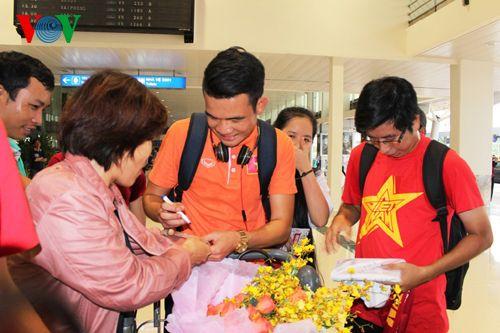 ĐT Việt Nam được đón chào nồng nhiệt tại sân bay Tân Sơn Nhất - Ảnh 3