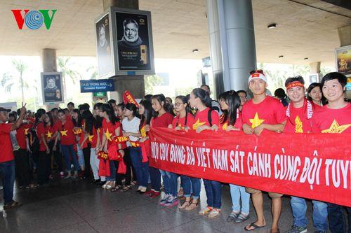 ĐT Việt Nam được đón chào nồng nhiệt tại sân bay Tân Sơn Nhất - Ảnh 7
