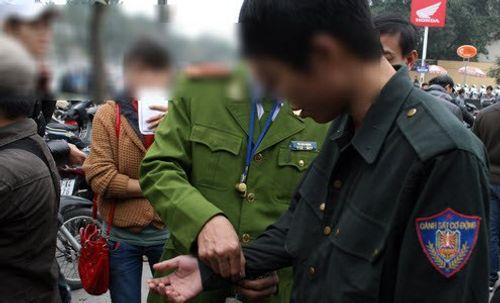 Nam thanh niên vi phạm giao thông, cắn cảnh sát để bỏ chạy - Ảnh 1