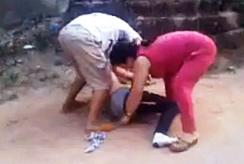 Một phụ nữ bị chặn giữa đường, cởi quần áo để quay phim  - Ảnh 1