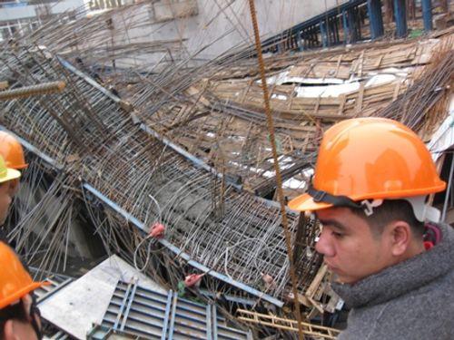 Dự án đường sắt trên cao Hà Nội: Khối sắt rơi đè bẹp đầu taxi - Ảnh 1
