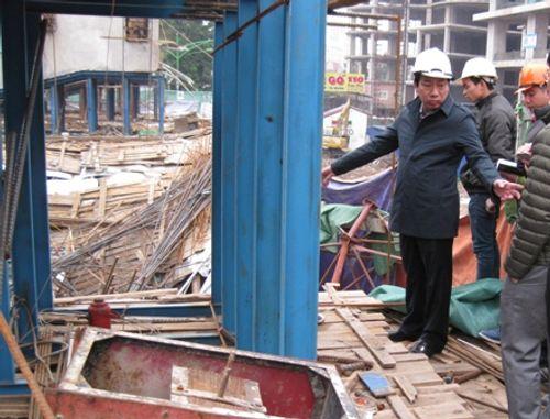 Dự án đường sắt trên cao Hà Nội: Khối sắt rơi đè bẹp đầu taxi - Ảnh 2